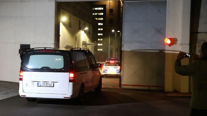 Ein Leichenwagen passiert am späten Abend das Tor zur JVA Leipzig - hinter diesen Mauern hat sich al-Bakr erhängt.