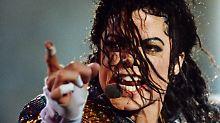 Michael Jackson, auf dem Höhepunkt seiner Karriere, während eines Konzertes 1992 in Bremen.