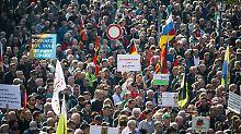 Veranstaltungen wie die Pegida-Demos verdeutlichen die Verankerung rechtsextremistischer und -populistischer Haltungen in der Gesellschaft.