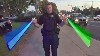 Kaum zu glauben, aber wahr: Polizist regelt Verkehr mit Laserschwert