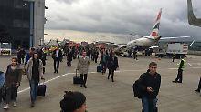 Der London City Airport während der Evakierung: Hunderte Passagiere drängeln sich zwischen abflugbereiten Maschinen.