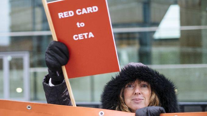 Belgien zeigt Ceta die rote Karte. Ganz abgeschlossen hat die EU aber noch nicht mit dem Abkommen.