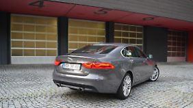 Schlicht und elegant zeigt sich das Heck des Jaguar XF, dessen Rücklichter mit LED-Licht strahlen.