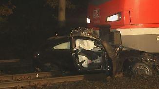Beifahrer leicht verletzt, Fahrer flüchtet: Zug erfasst Auto an Bahnübergang