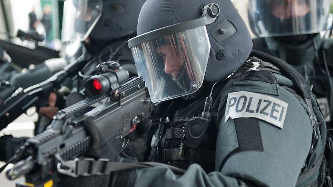 Als den Eheleuten die Waffen abgenommen werden, ist auch das Spezialeinsatzkommando vor Ort, um die Polizeibeamten zu schützen (Symbolbild).