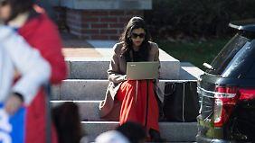 Huma Abedin sagt, sie habe keine Ahnung, wie die Mails auf den Rechner ihres Mannes gekommen sind.
