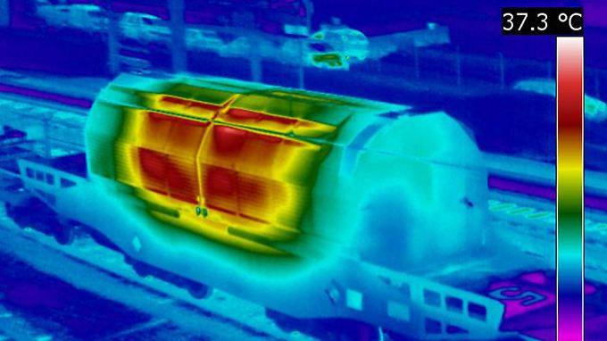 Teurer Transport: Ein Castor-Behälter unter der Wärmekamera.