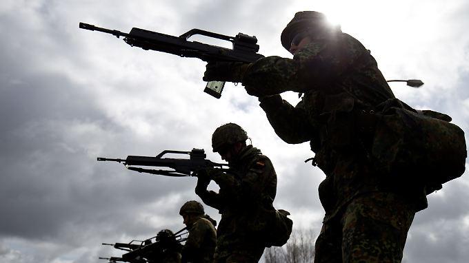 Wer sich intensiv für Waffen interessiert, sich aber nur kurz verpflichten möchte, erregt die Aufmerksamkeit des MAD.