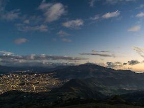 Es lohnt sich, erst mit einer der letzten Seilbahn-Gondeln zurück nach Quito zu fahren - der Sonnenuntergang über der Stadt ist spektakulär.