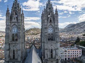 Der Blick von der Basilica del Voto Nacional fällt hinüber zur Altstadt. Die mächtigen Kirchtürme sind aus Beton.