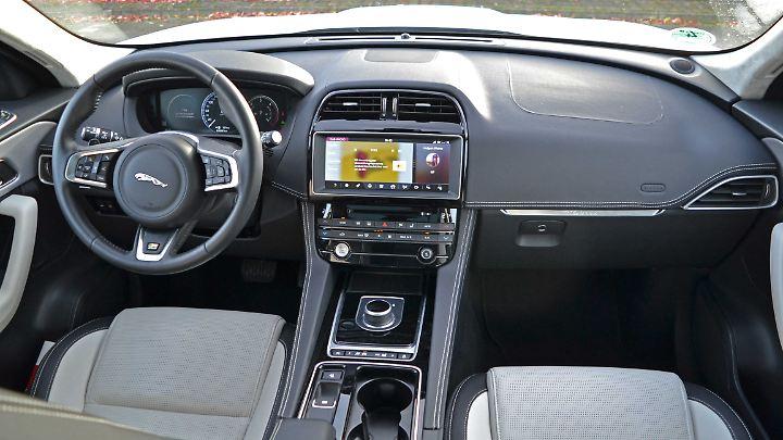Mit dem volldigitales Display im F-Pace hat der Fahrer wirklich alles im Blick.