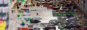 Videos aus Überwachungskameras zeigen Supermärkte, in denen Flaschen und Nahrungsmittel aus den Regalen geschleudert wurden.