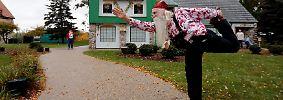 Weihnachtsmann Jerry hat seine eigene Fitness: Santa-Yoga.