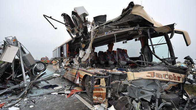 Unglück bei Oldenburg: Bus kollidiert mit Baustellenfahrzeug
