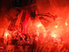 Feiern mit Feuer: Fans des FSV Mainz in St. Etienne.