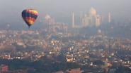 Schönes Spektakel am Himmel: Heißluftballons über dem Taj Mahal