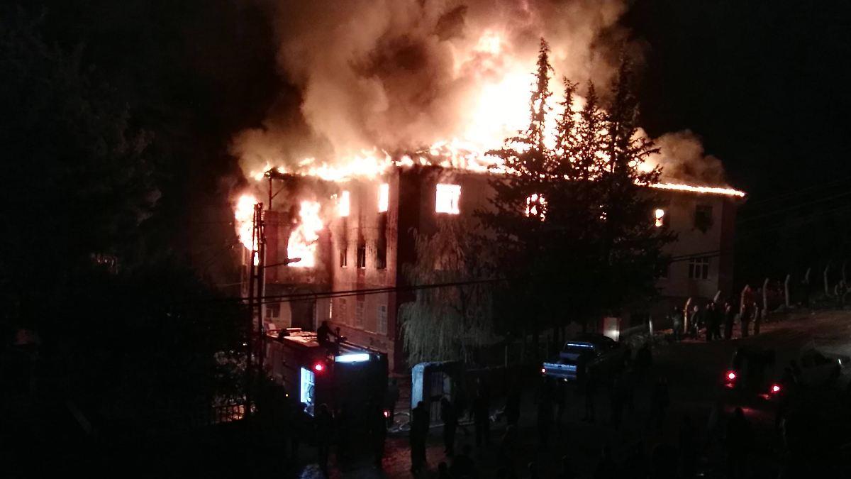 Panisch Springen Die Mdchen Aus Dem Fenster Um Sich Vor Den Flammen Zu Retten Fr Viele Kommt Jedoch Jede Hilfe Spt Der Brand In Einem Trkischen