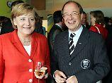 Sommermärchen: Urs Linsi, rechts, mit Bundeskanzlerin Angela Merkel bei der WM 2006.