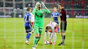 Kann die Entscheidung des Schiedsrichters nicht fassen: Schalke-Keeper Fährmann