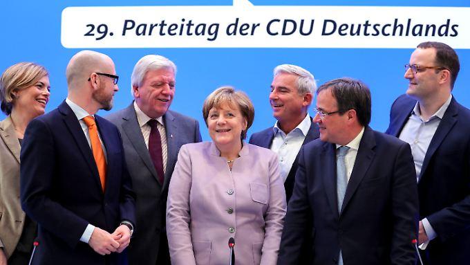Hier noch in der zweiten Reihe: Klöckner, Bouffier und ganz rechts Spahn auf dem CDU-Parteitag 2016.