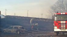 Der Zug war mitten in dem bulgarischen Dorf Hitrino entgleist. Bei der Explosion sterben mindestens vier Menschen.