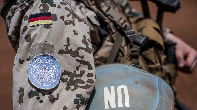 Ein Bundeswehrsoldat in Mali trägt das Emblem der Vereinten Nationen am Oberarm.