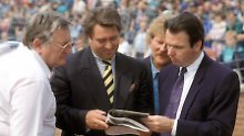 Ein Foto aus dem Mai 1991: Manager Heribert Bruchhagen, Schalkes Präsident Günter Eichberg und Mannschaftsbetreuer Charly Neumann.