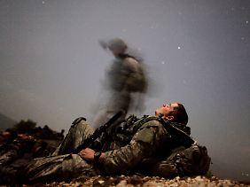 Die Zeiten massiver westlicher Militärpräsenz in Afghanistan sind gezählt. Im Bild aus dem Jahr 2009 ruht sich ein US-Soldat zwischen seinen Einsätzen aus.