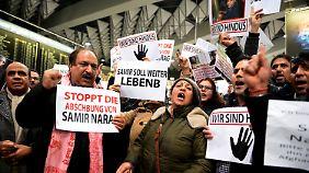 Am Flughafen in Frankfurt am Main protestierten mehrere hundert Menschen gegen die Abschiebungen.