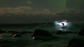 """""""Es ist einfach nur verrückt"""": Weltmeister surft mit Taschenlampe unter Polarlichtern"""