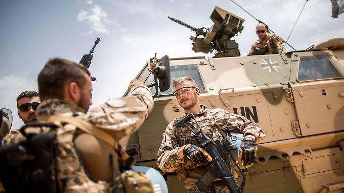 Bundeswehrsoldaten sprechen sich am im Camp Castor in Gao in Mali mit ihren Kameraden ab.