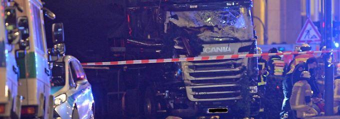 Der Lkw raste auf den Weihnachtsmarkt, zerstörte mehrere Buden. Mindestens neun Menschen starben dabei, viele wurden verletzt.