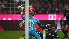 Lahm flankte von rechts, Lewandowski schoss den Ball an den rechten Pfosten, ...