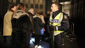 Schwerbewaffnete Polizisten am Eingang zum Dom: ein ungewohnter Anblick