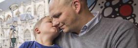 Lackierte Nägel für guten Zweck: Todkranker Junge sammelt Millionen-Spende