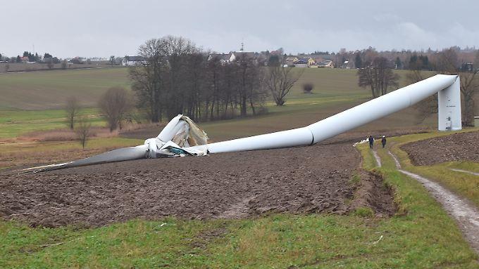 Das umgestürzte Windrad lockt eine Menge Schaulustige in den Windpark.