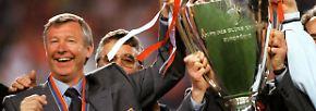 """1999 steht Ferguson mit Man United im Finale der Champions League. In der Halbzeit des legendären Endspiels gegen den FC Bayern warnt er seine Spieler: """"Am Ende dieses Spiels wird der Europacup nur sechs Fuß von euch entfernt stehen - und ihr werdet ihn nicht einmal anfassen dürfen. Und viele von euch werden nie mehr so nah rankommen. Wagt es ja nicht, hier nachher reinzukommen, ohne alles gegeben zu haben."""""""