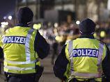 Die Polizei zeigte in der Silvesternacht in Köln massiv Präsenz - um Ereignisse wie vor einem Jahr zu verhindern.