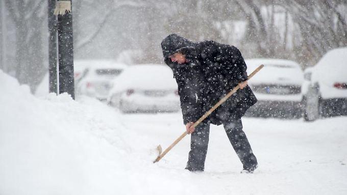 Bei Eis und Schnee besteht für Vermieter und Eigentümer eine Räum- und Streupflicht. Die können sie auf ihre Mieter übertragen.