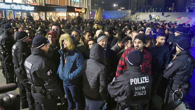 Silvester am Kölner Hauptbahnhof: Nordafrikanisch aussehende junge Männer wurden von der Polizei kontrolliert.
