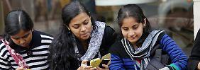"""Indische Frauen ziehen sich dem Minister zufolge zu """"westlich"""" an."""