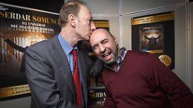 Parteichef Martin Sonneborn und Serdar Somuncu teilen Humor und politische Ambitionen.