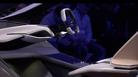 Das Lenkrad ist eigentlich nur noch Schein, denn der BMW fährt überwiegend autonom.
