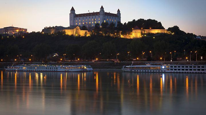 Die Burg in Bratislava strahlt in der Abenddämmerung.