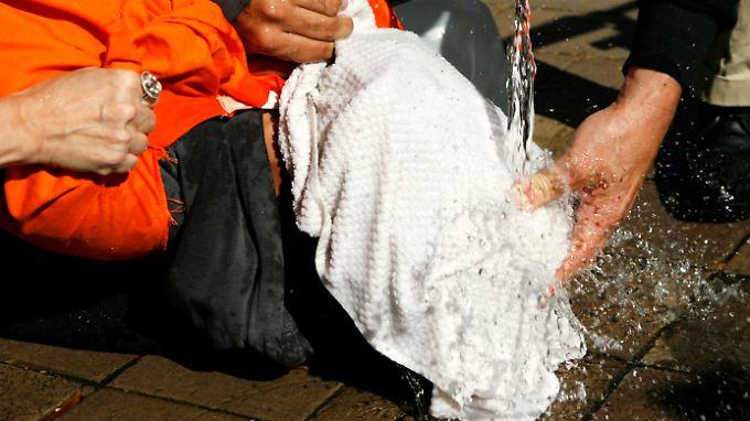 Aktivisten demostrieren bei einer Protestaktion in Washington die Foltermethode des Waterboarding.