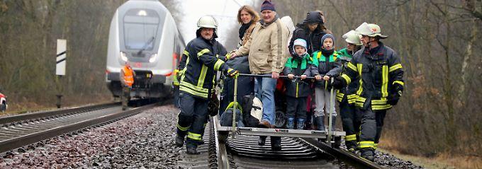 Mit Loren wurden die Passagiere zum nächsten Bahnübergang gebracht.