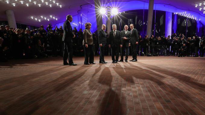 Verfassungsrichter Voßkuhle, Kanzlerin Merkel, Hamburgs Bürgermeister, Scholz, Bundespräsident Gauck, Bundestagspräsident Lammert, Intendant Lieben-Seutter - mehr Elite geht kaum als bei der Eröffnung der Elbphilharmonie.