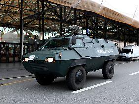 Die Bundespolizei fährt vor dem Frankfurter Flughafen vor.