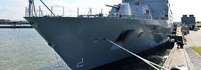 """Die F125-Fregatte """"Baden-Württemberg"""" liegt im Marinestützpunkt in Wilhelmshaven."""
