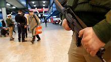 Maschinenpistolen sind jetzt auch auf den Stuttgarter Hauptbahnhof zu sehen.